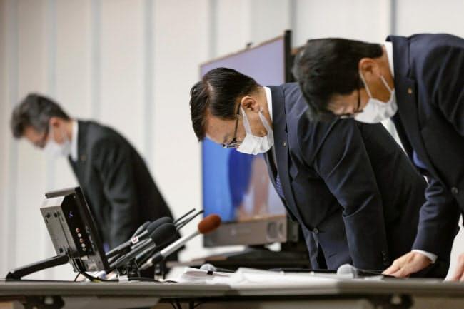 記者会見を終え、一礼する関西電力の彌園豊一副社長(右から2人目)ら(17日、大阪市)
