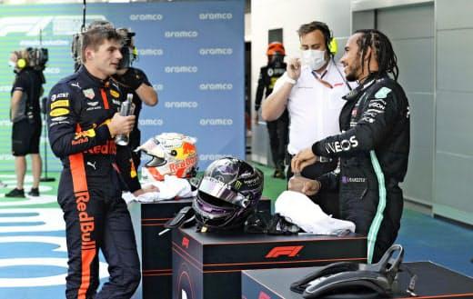 スペインGPで2位となり、優勝したハミルトン(右)と話すフェルスタッペン(左)=ロイター