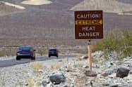 高気温への注意を呼びかける看板(カリフォルニア州デスバレー)=ロイター