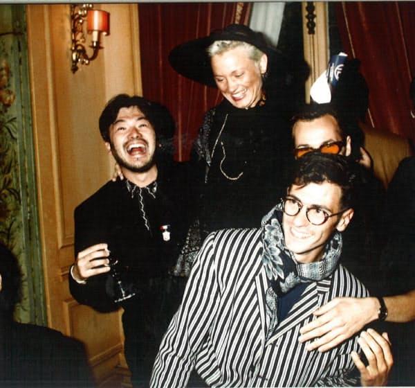 アパレル企業に勤めていた頃。一流デザイナーに囲まれ笑っているが、目はうつろだった(左が佐藤さん)