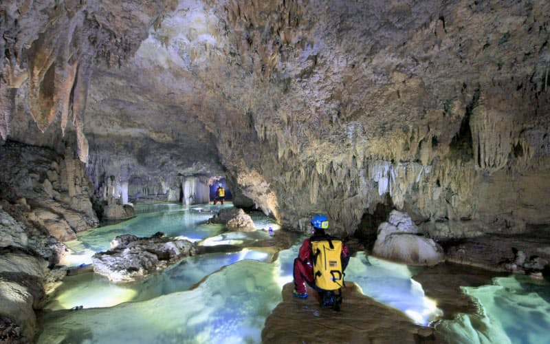 沖永良部島では絶景の洞窟を巡るケイビングツアーを楽しめる