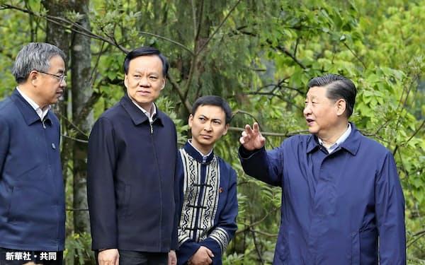 2019年4月、中国重慶市を視察する習近平国家主席(右端)。左から胡春華副首相、重慶市トップの陳敏爾党委員会書記=新華社・共同