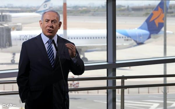 17日、視察に訪れた空港でUAEとの直行便について話すネタニヤフ首相(テルアビブ)=ロイター