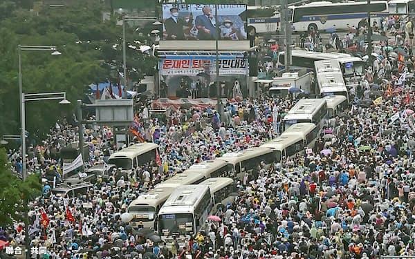 15日、ソウル市中心部で開かれた大規模集会。新型コロナウイルスの集団感染が起きた教会の関係者が参加した(聯合=共同)