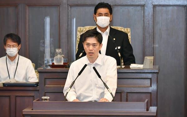 大阪府議会の8月臨時議会が開会し、都構想の制度案について議案説明をする吉村知事(18日、大阪市中央区)
