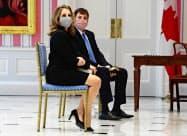 18日、カナダの財務相に任命されたフリーランド副首相(左)=AP