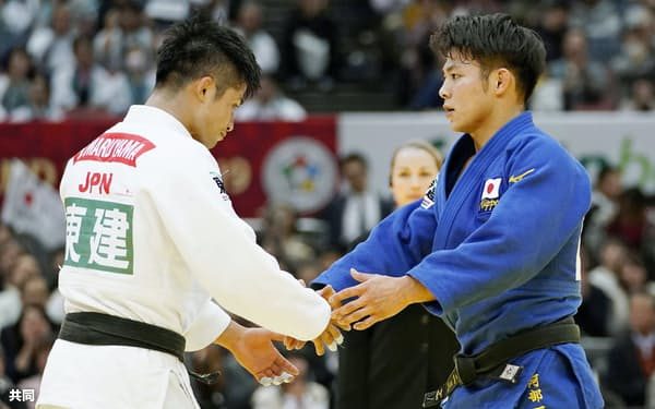 GS東京大会は男子66キロ級の五輪代表選考会も兼ねている(2019年11月、GS大阪大会で握手を交わす丸山城志郎と阿部一二三)=共同
