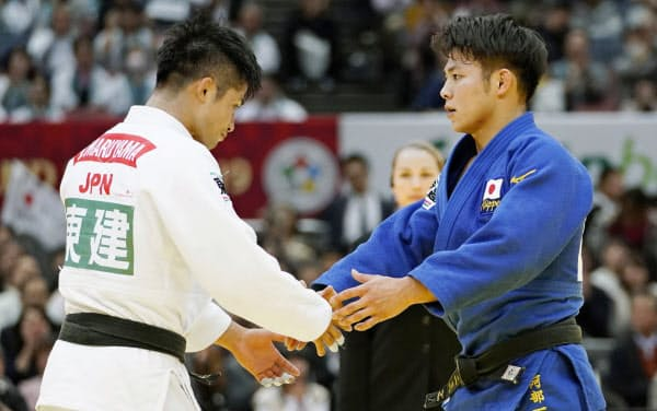 国際柔道連盟は12月のGS東京大会を中止すると発表した(2019年11月、GS大阪大会で握手を交わす丸山城志郎と阿部一二三)=共同