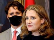 カナダ初の女性の財務相に任命されたフリーランド氏(右)とトルドー首相(18日、オタワ)=ロイター