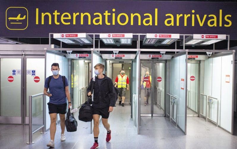 現在の対策の実効性への懸念がくすぶっている(ロンドンのガトウィック空港)=AP