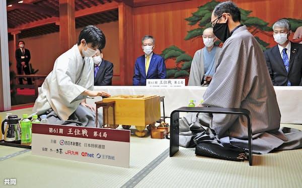 木村一基王位(右)との対局前に駒を並べる藤井聡太棋聖(19日午前、福岡市)=日本将棋連盟提供・共同