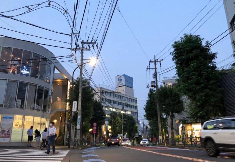日が暮れると淡島通り沿いの店々に明かりがともっていく