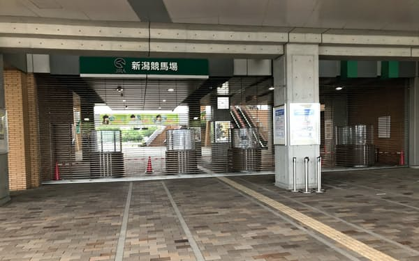予定されていた観客の一部入場が見送られ、閑散とした新潟競馬場正門(8月15日)
