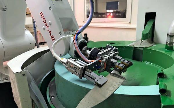 人手に頼らず自動化することで、生産効率を高めるとともに品質を一定にできる(珞石机器人提供)