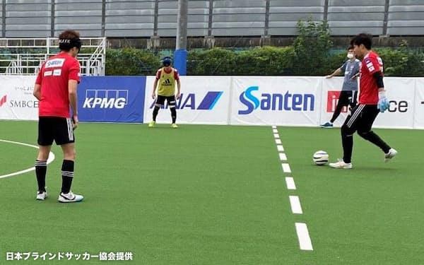 丸井グループがつくった専用ピッチで練習する日本代表の選手たち(7月、東京都小平市)=日本ブラインドサッカー協会提供