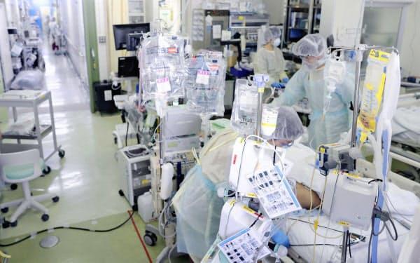 聖マリアンナ医大病院の集中治療室(ICU)で4月、新型コロナウイルスの重症患者の治療に当たる医療従事者(川崎市、画像の一部を加工しています)=共同