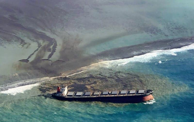 モーリシャス沖で座礁し重油が流出する大型貨物船(7日)=AP