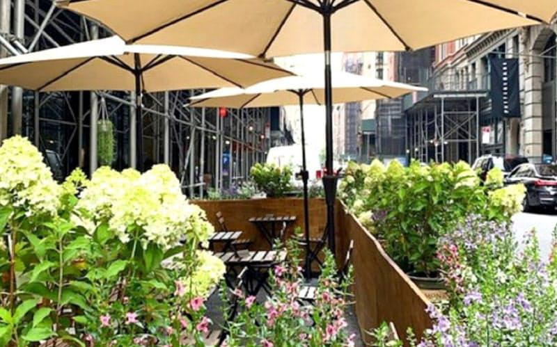マンハッタンのレストランは、屋外テーブルでの飲食や持ち帰りメニューの提供、店舗の郊外移転などに活路を見いだそうとしている