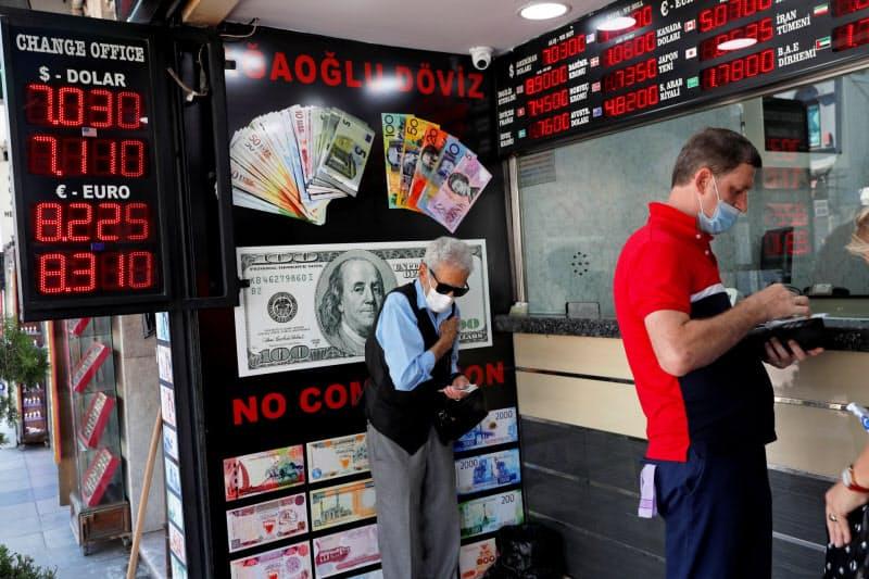 イスタンブールの外貨両替店(7月30日)=ロイター