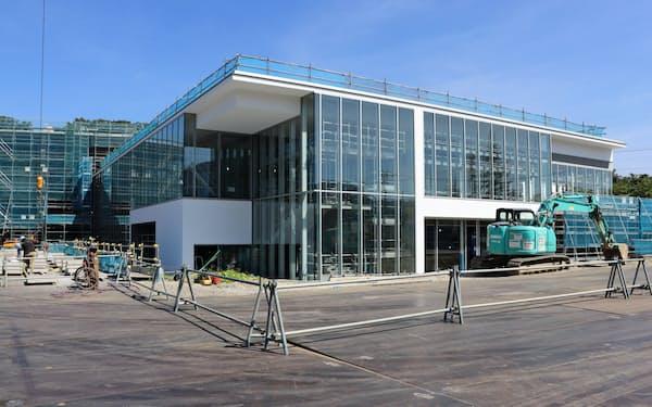 リニューアルオープンに向け改装中の長野県信濃美術館本館(19日、長野市)