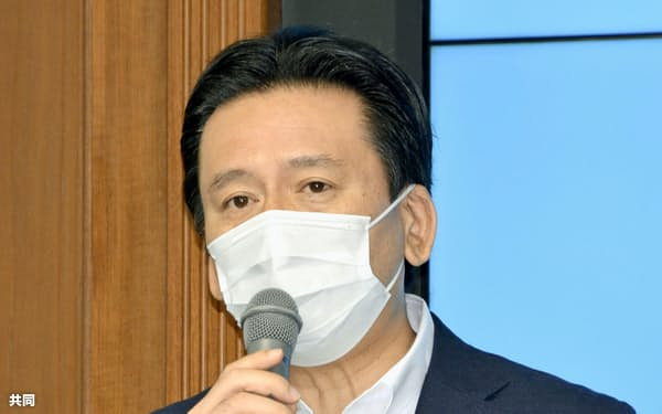 臨時記者会見で、2023年開催が内定している国体の1年延期を受け入れると表明する佐賀県の山口祥義知事(19日午前、佐賀県庁)=共同