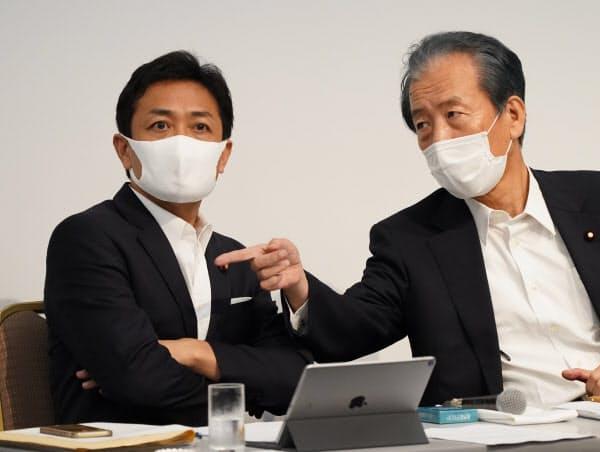 両院議員総会を前に、言葉を交わす国民民主党の玉木代表(左)と平野幹事長(19日、東京都千代田区)