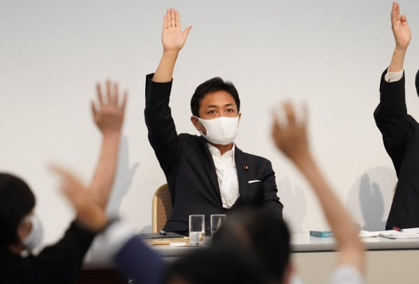 立憲民主党との合流方針の採決で挙手する国民民主党の玉木代表(19日、東京都千代田区)