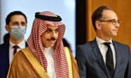 ドイツを訪問し、マース外相(右)と会談したサウジアラビアのファイサル外相=AP