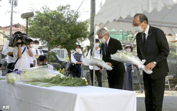 広島市安佐南区で土砂災害の慰霊碑に献花する松井一実市長(右、20日午前)=共同