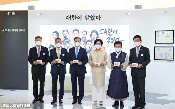 光復節の演説で国立墓地からの親日派排除を主張した金元雄・光復会会長(右から2人目)=韓国大統領府提供