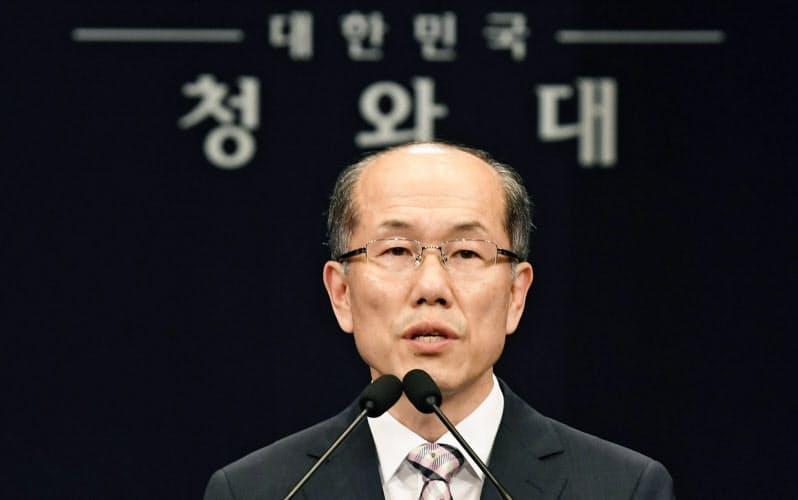 日韓GSOMIA破棄について記者会見する韓国大統領府の金有根・国家安保室第1次長(2019年8月22日)=共同