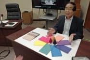 ポリプロピレン繊維の染料を説明する福井大学の堀客員教授(20日)