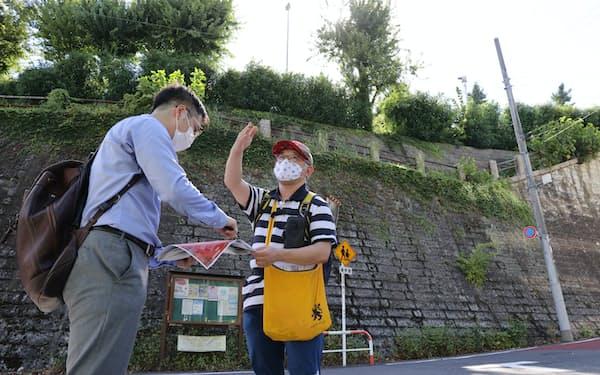 東京都新宿区と港区の境界付近を散策する、「月刊地図中心」編集長の小林政能さん(右)と筆者=片桐 大輝撮影