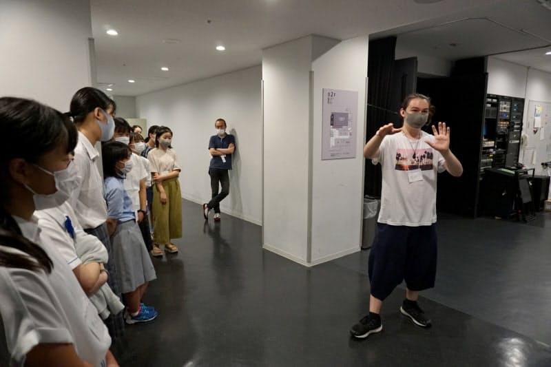 身ぶりを交えて幽霊が現れるエピソードを実演する参加者(京都市のロームシアター京都)