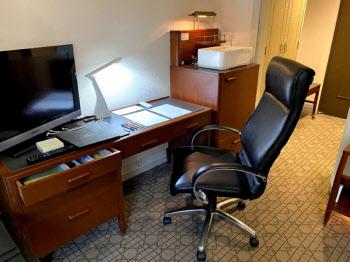仕事用の部屋にはハイバックチェアや文具などを用意した