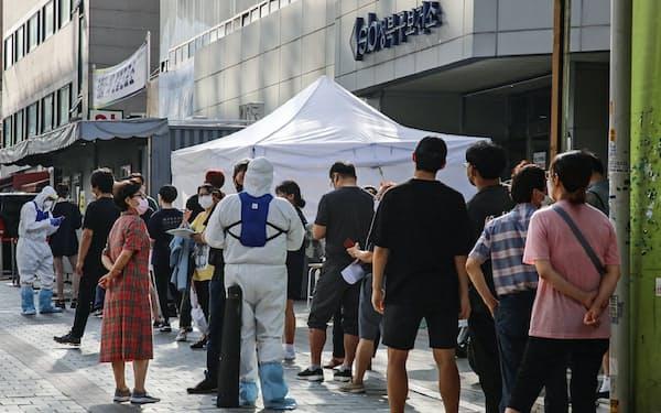 集団感染が発生したソウルの教会近くの保健所では検査を待つ行列ができた
