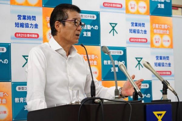 定例記者会見で記者の質問に応じる松井一郎市長(20日、大阪市役所)