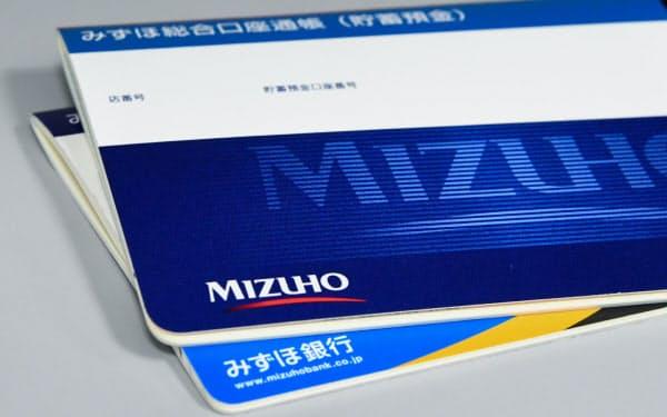 みずほ銀行は1000円の手数料をとることで、紙の通帳の新規発行は約7割減るとみる