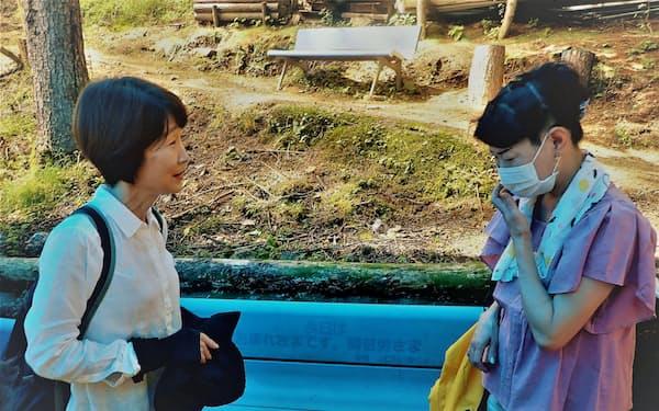 墜落事故で夫を亡くした小澤さん(左)が津波で娘を亡くした早坂さんに優しく声をかける(12日、群馬県上野村の御巣鷹の尾根)
