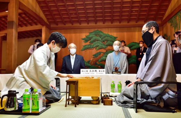 木村王位(右)を4連勝で破り、タイトルを獲得した藤井聡太新王位(20日、福岡市)=日本将棋連盟提供