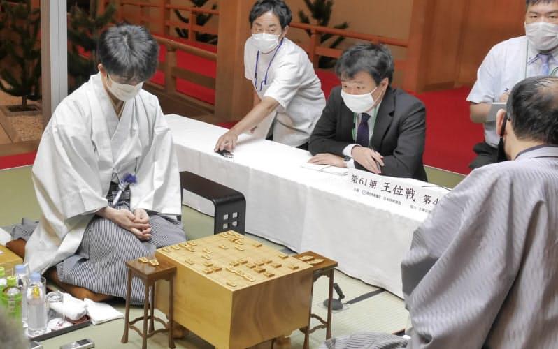 王位戦を4連勝で制しタイトルを獲得した藤井聡太新王位(左)=20日、福岡市(日本将棋連盟提供)