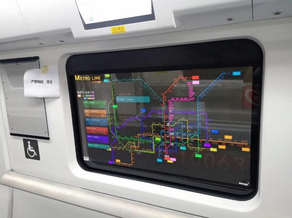 透明ディスプレーを通して車外の様子を見ることもできる(中国深圳市の地下鉄)