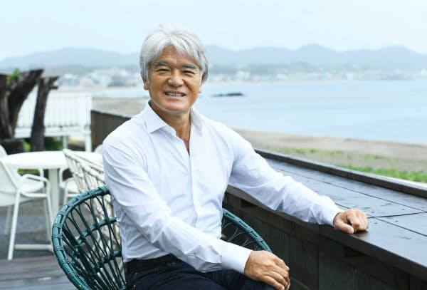 「一軒のカフェ経営を街づくりに」と考えるバルニバービ社長の佐藤裕久さん(神奈川・三浦海岸の新店で)