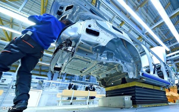 自動車にとって通信技術は不可分となってきた(独ブレーメンのダイムラーの工場)=ロイター