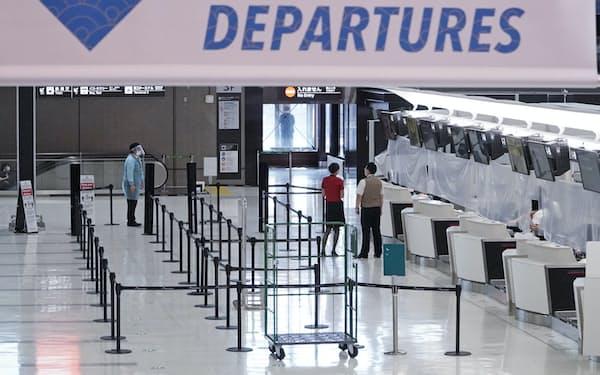 新型コロナウイルスの影響で閑散とする成田空港第2ターミナルの国際線出発ロビー(8月4日)