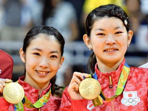 リオデジャネイロ五輪のバドミントン女子ダブルスで金メダルを獲得した高橋(右)と松友=共同