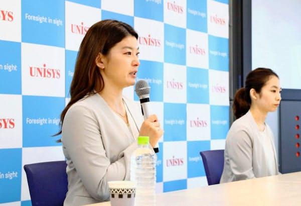 19日のオンライン記者会見で現役引退を表明する高橋。奥はペアの松友=アフロスポーツ/日本ユニシス提供・共同