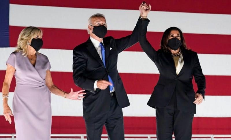 米民主党大会で大統領候補指名の受諾後に並んで祝うバイデン前副大統領(中央)とジル夫人(左)、副大統領候補のハリス上院議員(20日、東部ウィルミントン)=ロイター