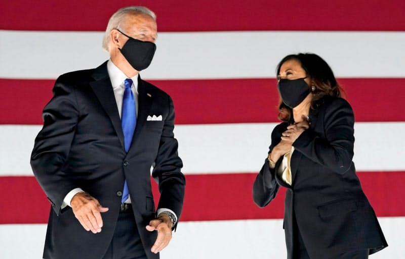 マスク姿のバイデン前副大統領(左)と副大統領候補のカマラ・ハリス氏