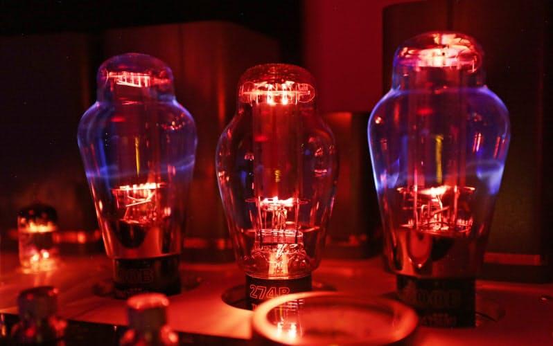 アンプに据え付けた真空管の電極が高温に熱せられ光を放つ(長時間露光)=玉井良幸撮影